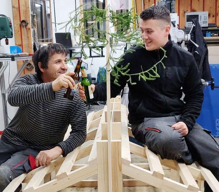 Gregor und Michi Ranak beim Bau des handgemachten Gemüseregals für unseren Unverpacktladen in Lingenau.